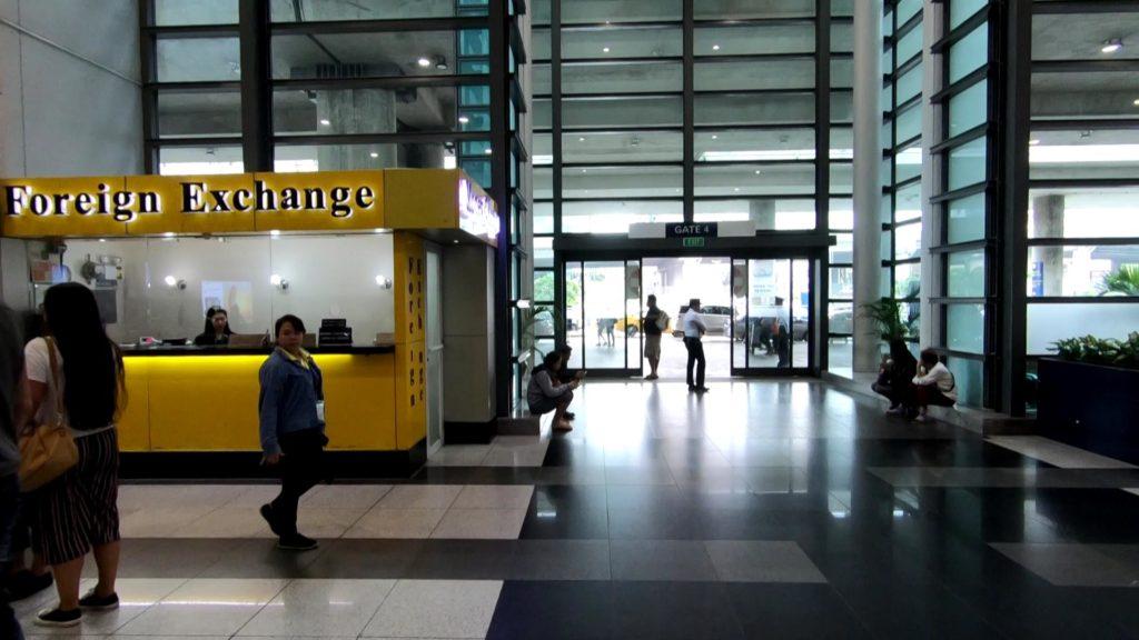 ターミナル31階の黄色の両替所
