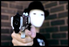 拳銃を向ける仮面の男