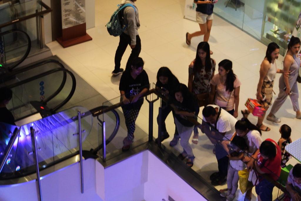 2階からショーを観覧する女性たち