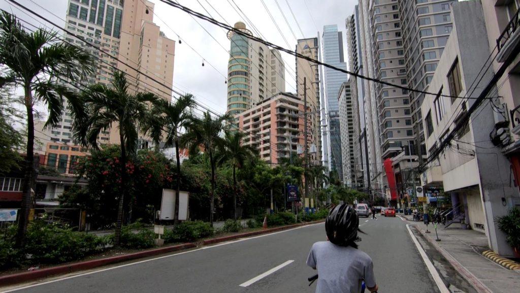 マカティの高層ビル群の中を走る自転車