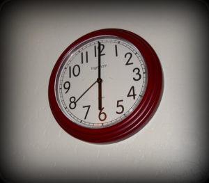 6時20秒前を示す時計