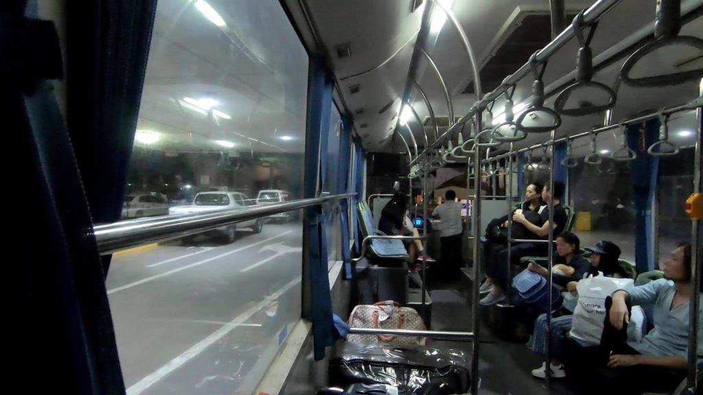 ターミナル間無料シャトルバスの車内
