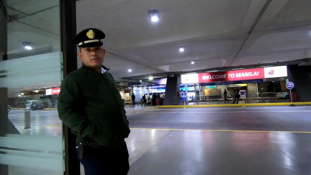 空港建物の出口