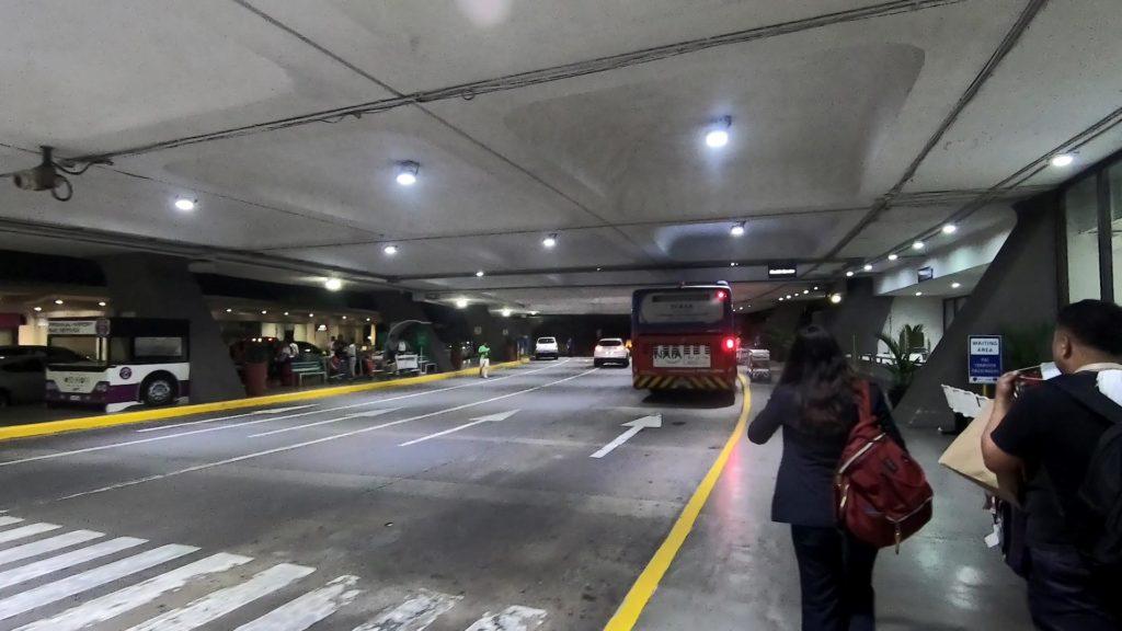 Shuttle Service乗り場に停留しているターミナル間無料シャトルバス