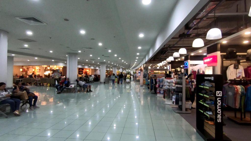 ターミナル3最上階のショッピングアーケード