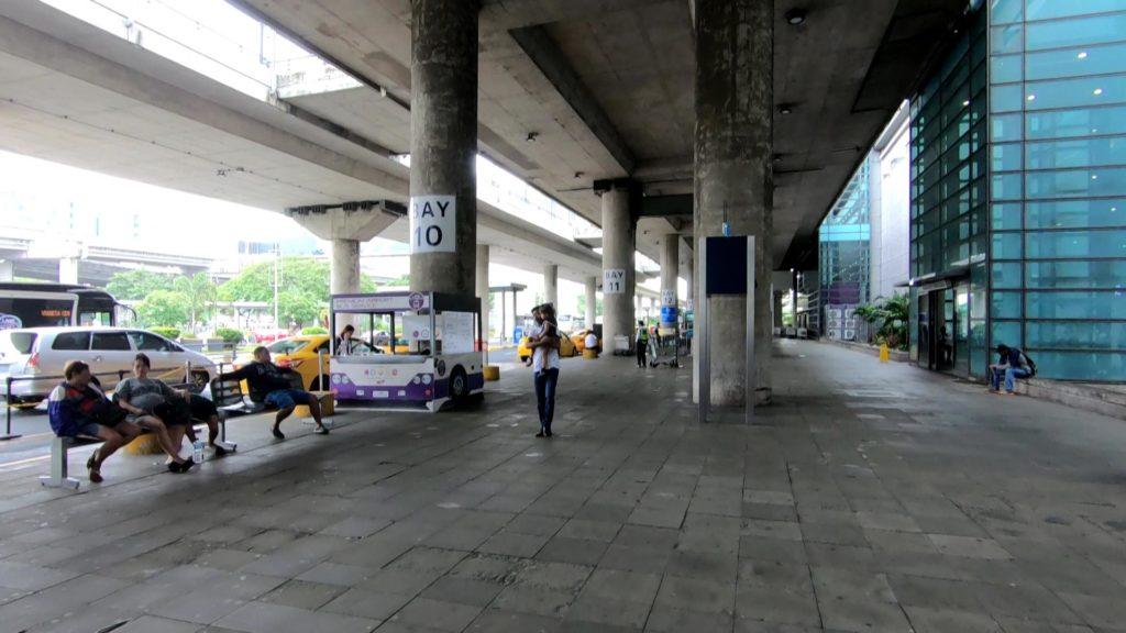 ターミナル3建物前の広場