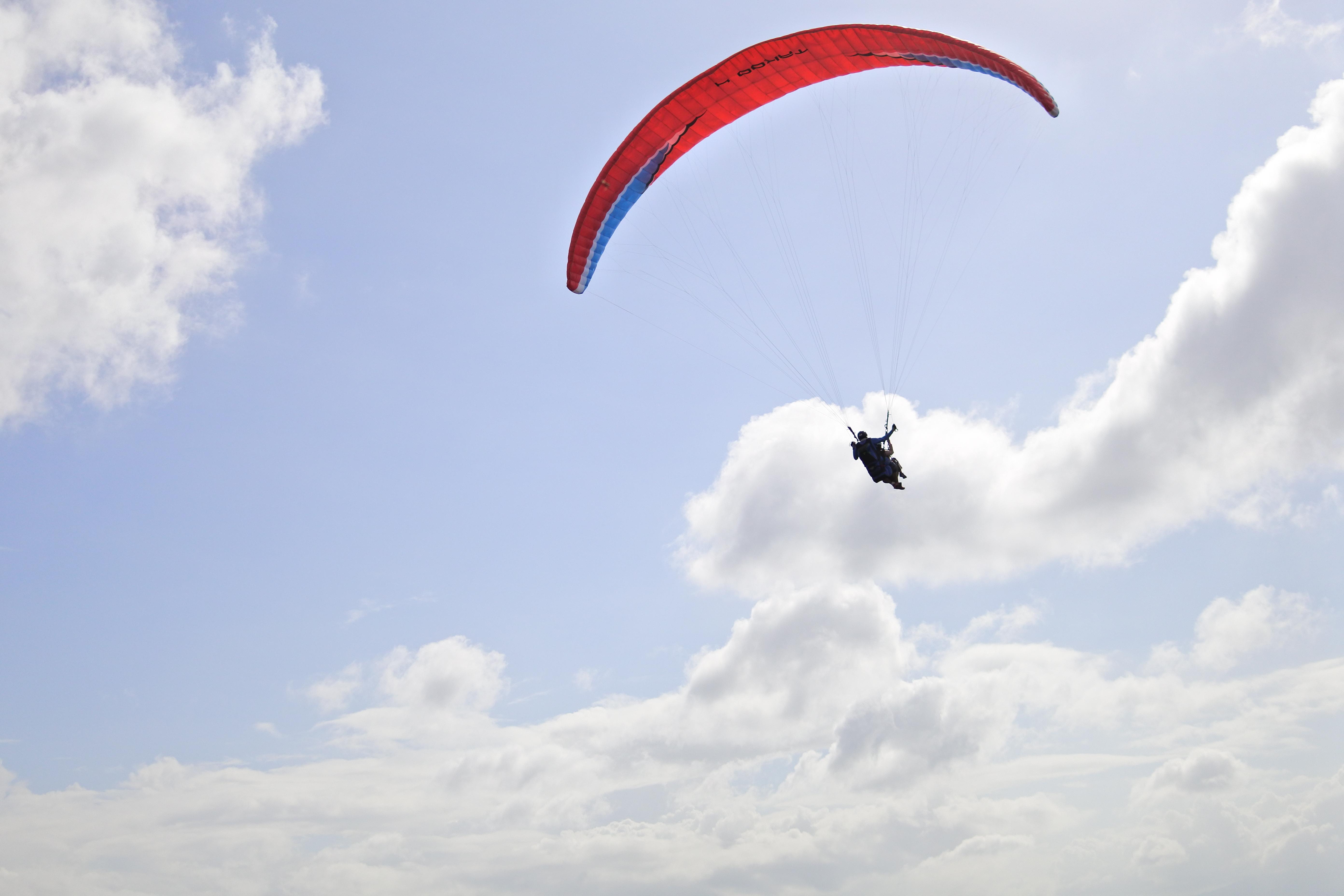 マニラ郊外の大空を舞う:パラグライディング飛行