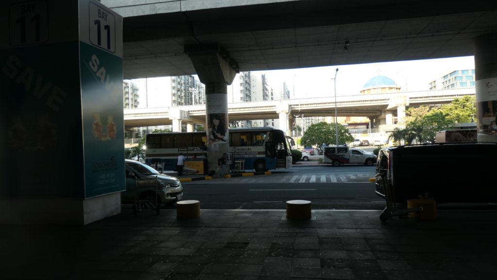 Bay11前に待機するクラーク国際空港行きTTPTバス