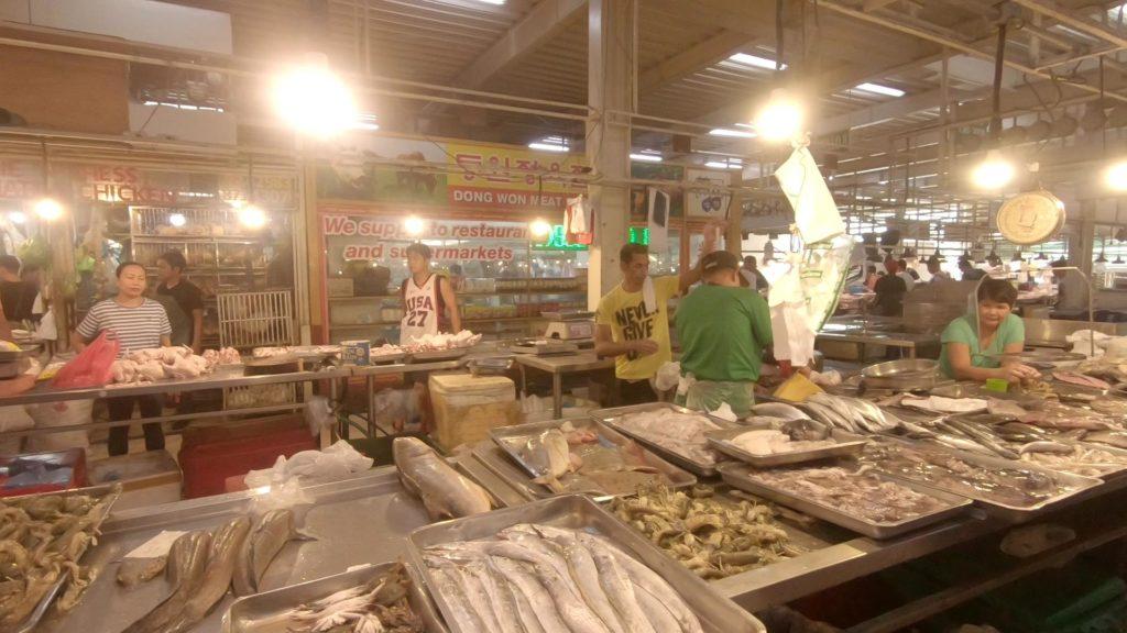 生鮮市場の魚コーナー