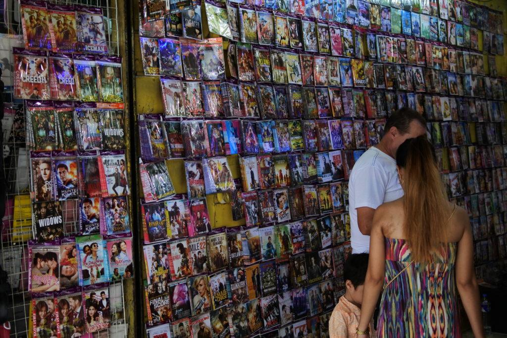 海賊版DVDショップの店内