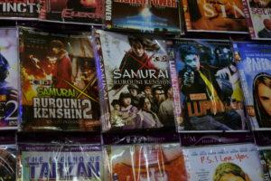 ルパン三世などいくつかの日本映画の海賊版DVDが店頭に並んでいる