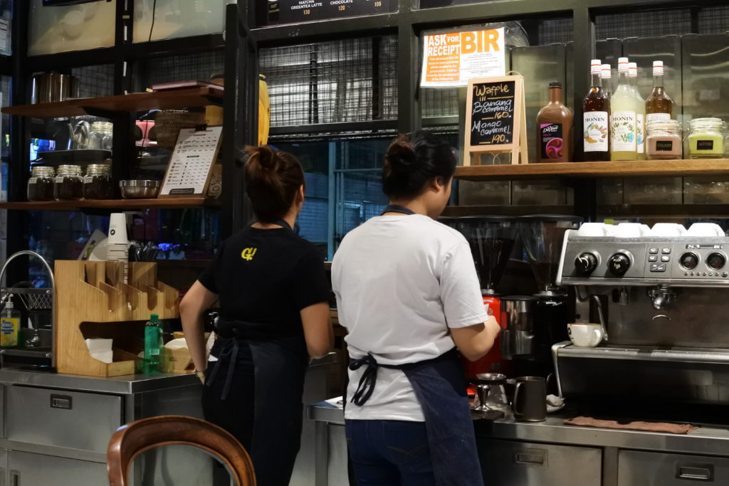 コーヒーを立てる店員