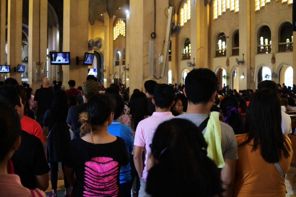 本堂で行われているミサの光景