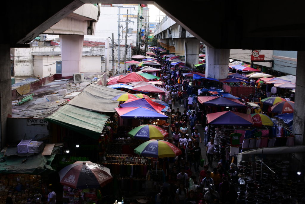 バクララン駅から眺める市場の風景