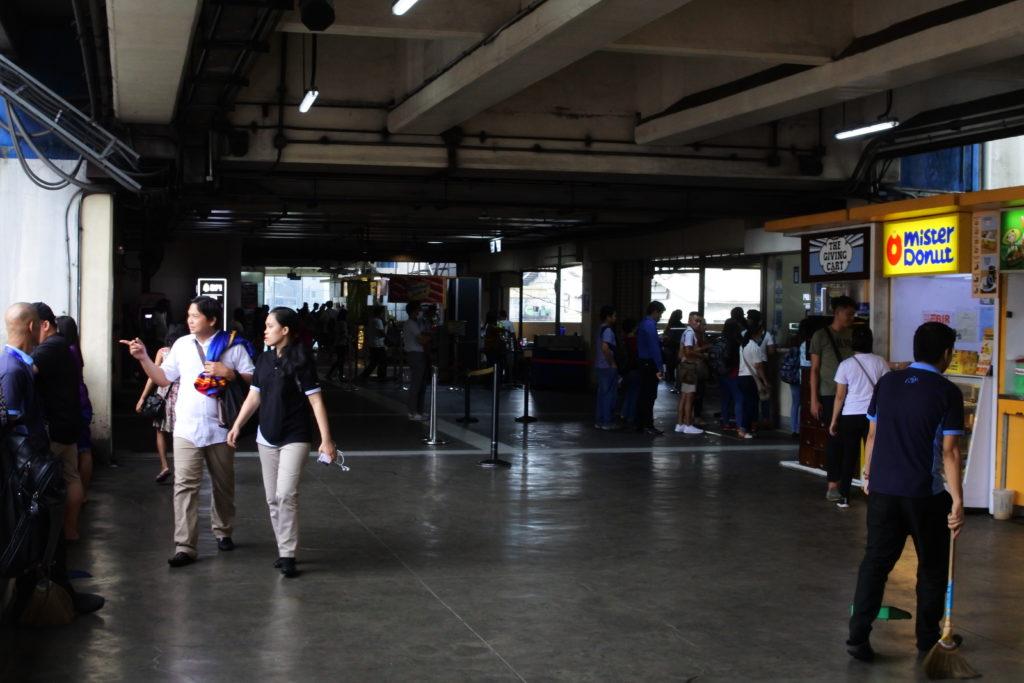 クバオ駅のチケットカウンターと改札口