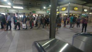 アヤラ駅改札を出たフロア