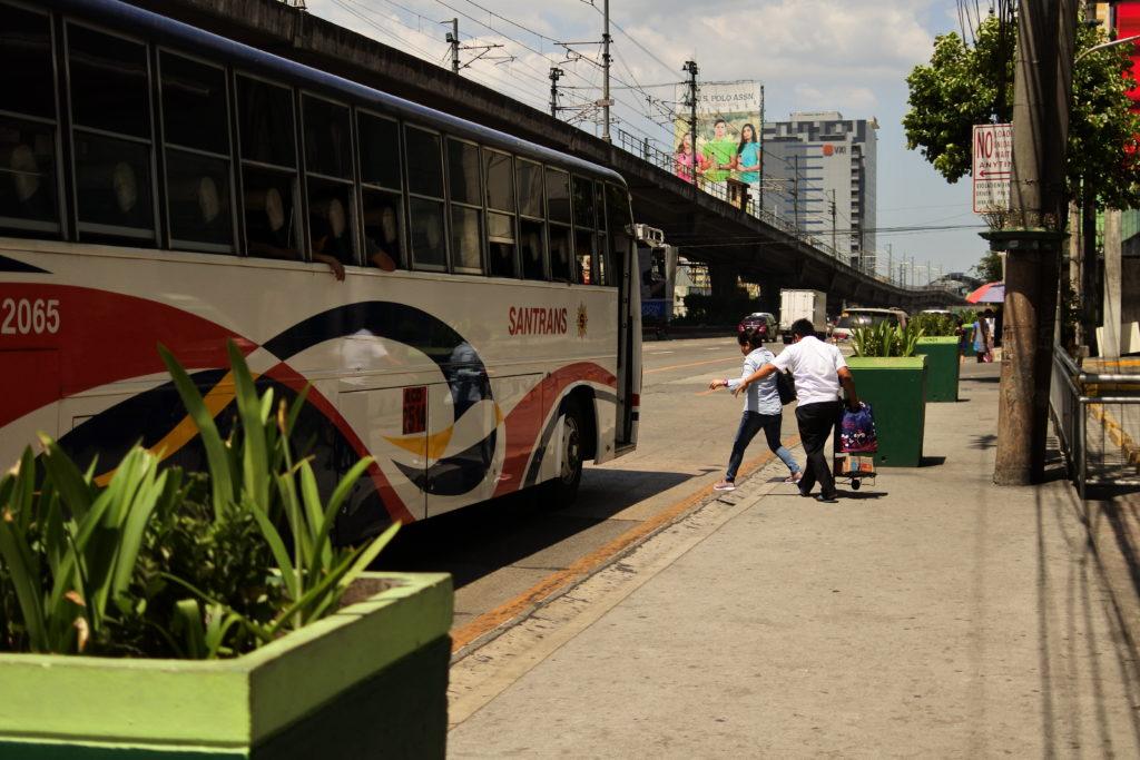 SMノースAnnex前の停車場からバスに乗る乗客