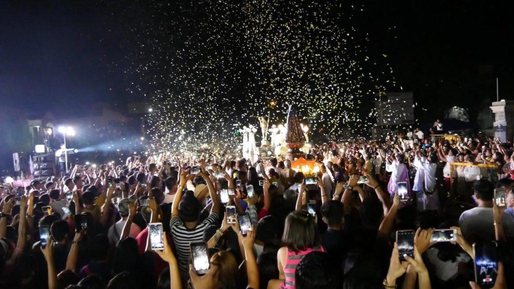 神とキリストの合流シーン。神とキリストは銅像です。それを取り囲んで祝福する群衆