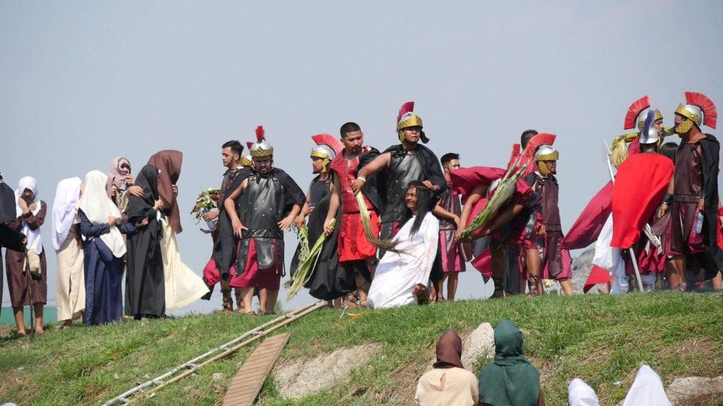 ゴルゴダの丘に到着後ローマ軍人の鞭をうけるキリスト