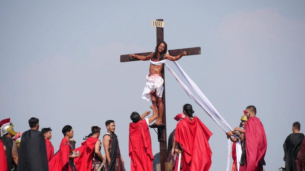 ゴルゴダの丘で磔にされているキリスト。フィリピンの演劇です。