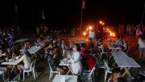 カラオケを楽しむフィリピン人女性