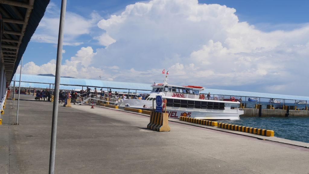 プエルトガレラを行き来するバタンガスの港