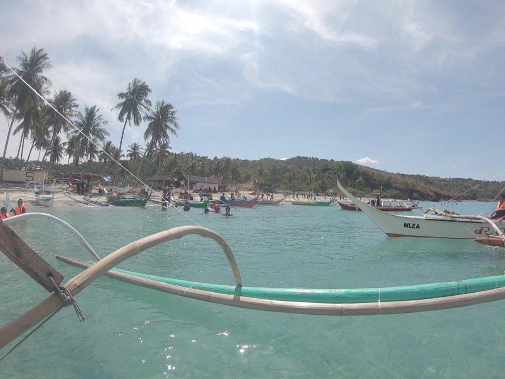 小舟でミササビーチを離れホワイトビーチへ