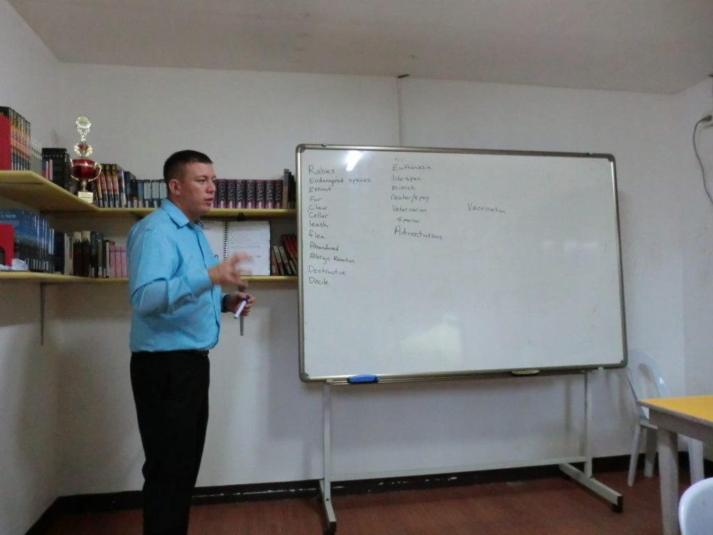 グループ授業を指導するCIPのアメリカ人講師