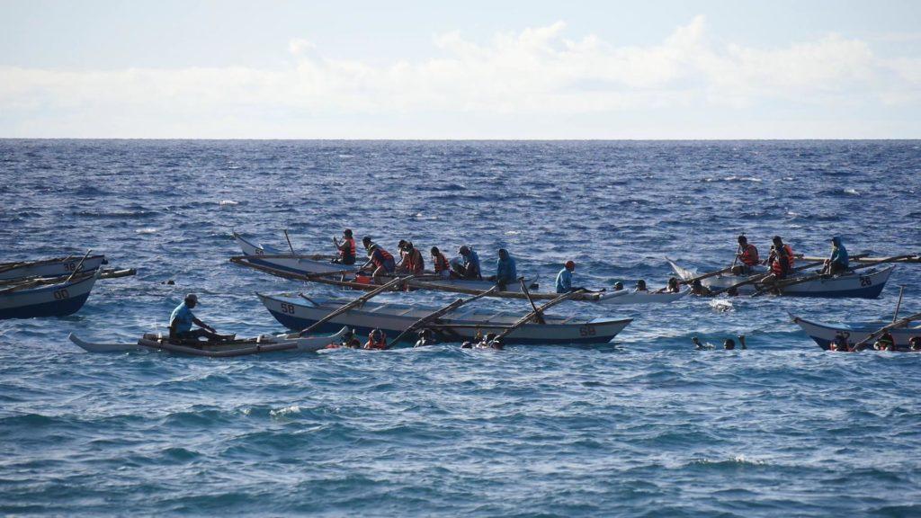 浅瀬に浮かぶホエールウォッチング用のボート