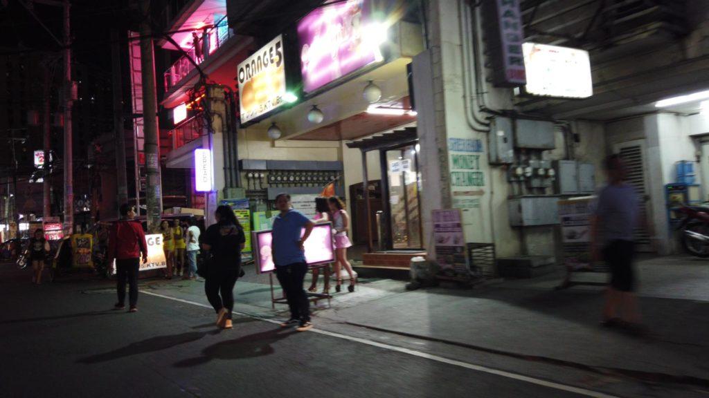 マビニ通りのお店の前で客引きをする女性たち