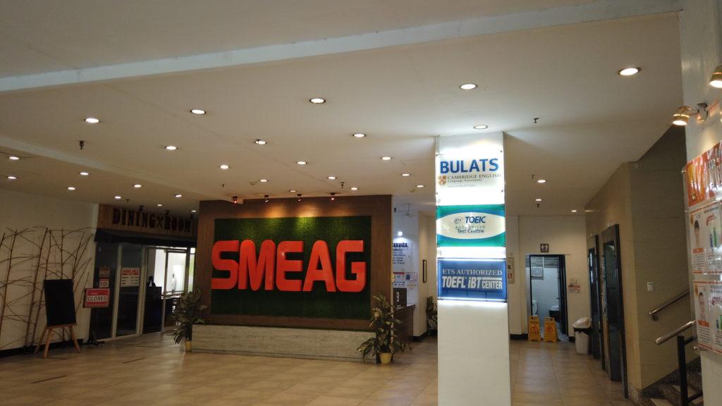 SMEAGキャピタルの1階フロアに掛けられているSMEAGのロゴ