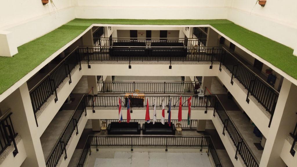 キャンパス建物の中央の空洞に掲げられている様々な国の国旗