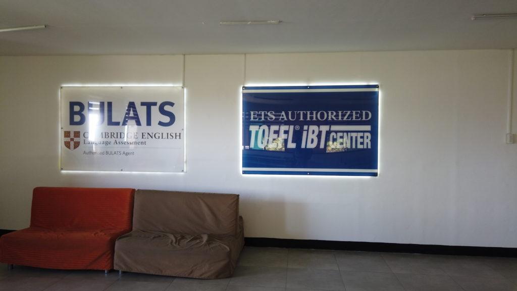 キャンパス内に掲げられているTOEFLとBlats公認センターのロゴ