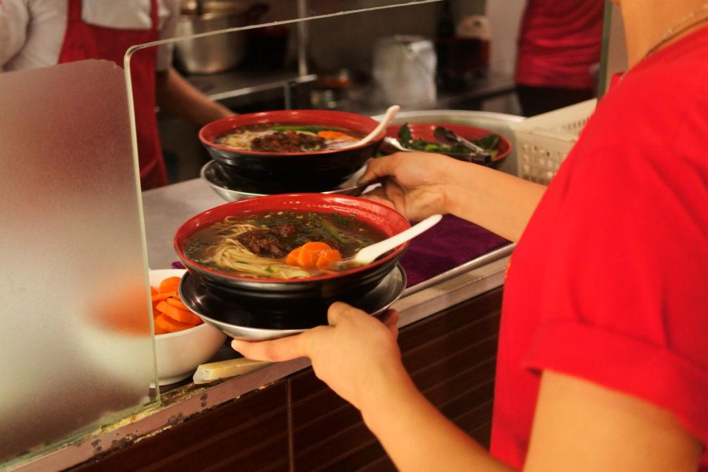 スープ付き豚肉麺