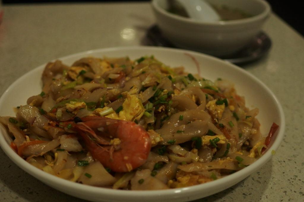 スープなし刀削麺とお椀に入ったスープ