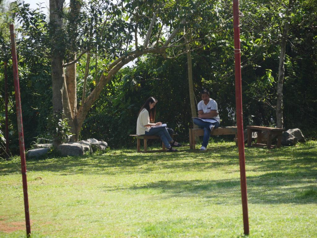 庭のマンツーマン授業シーン
