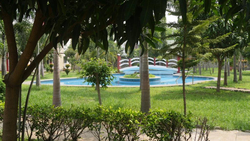 Hana Academyのプールと庭