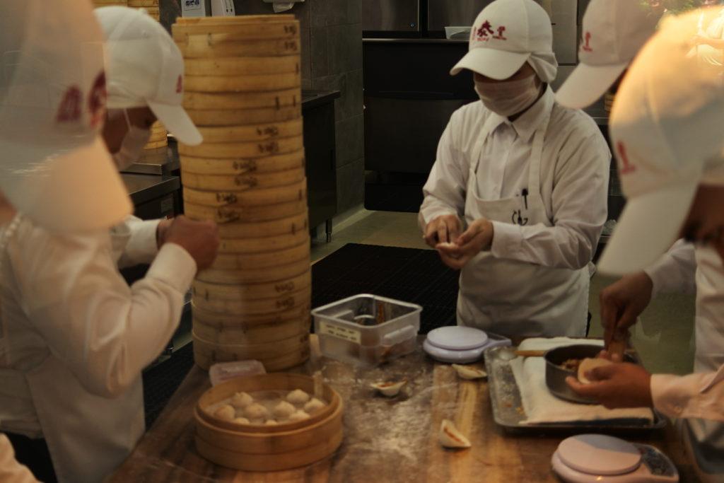 厨房で小籠包を作るスタッフたち