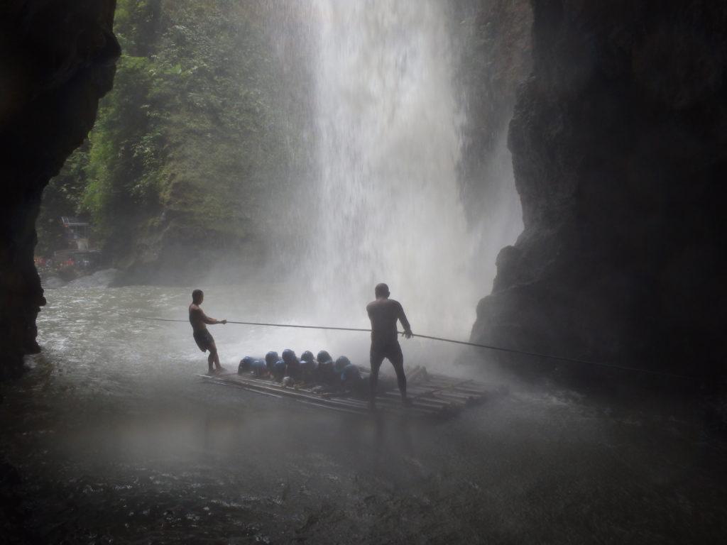 うつ伏せになってパグサンハンの滝行をする人たち