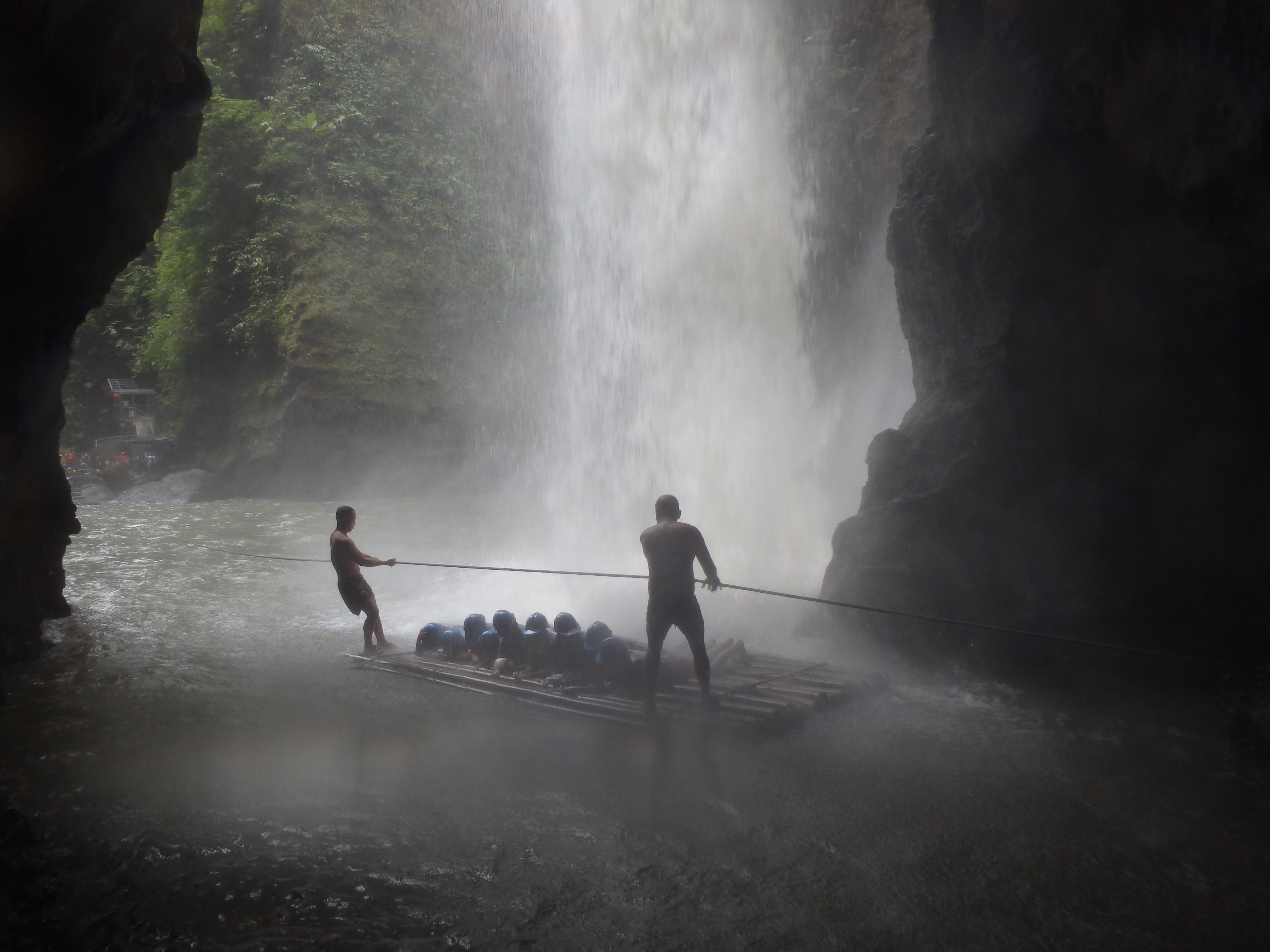 滝の中に突撃:マニラ近郊パグサンハンで川下りと滝行
