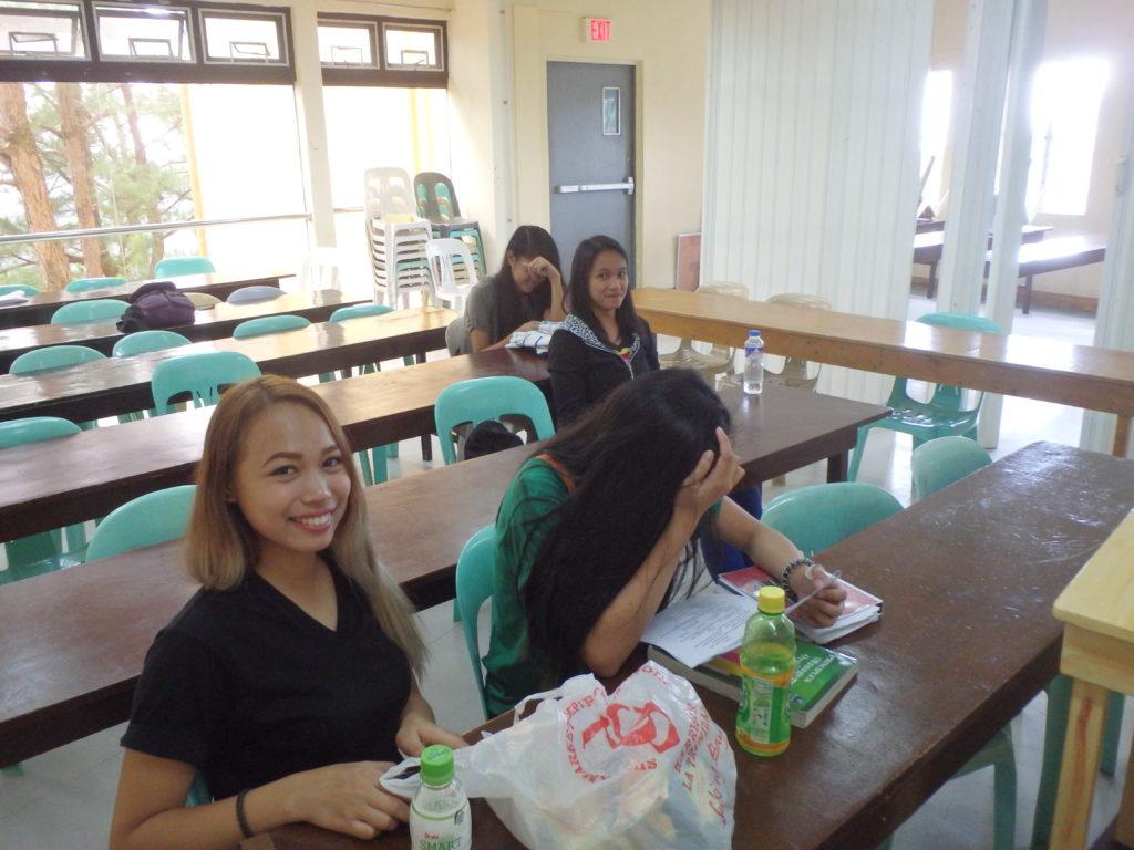休憩室にいるフィリピン人講師たち