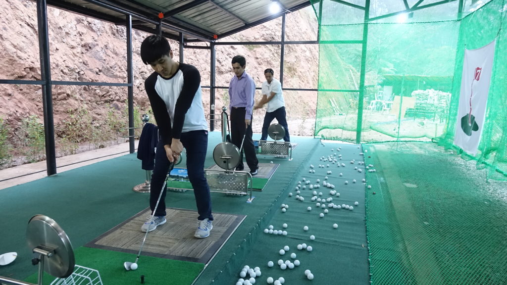 Golf練習場で汗を流すMONOLの学生たち