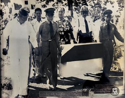 アポリナリオ・マビニの棺を運ぶ人たち