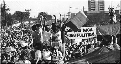 打倒マルコスを叫びマニラ市内をデモ行進する群衆