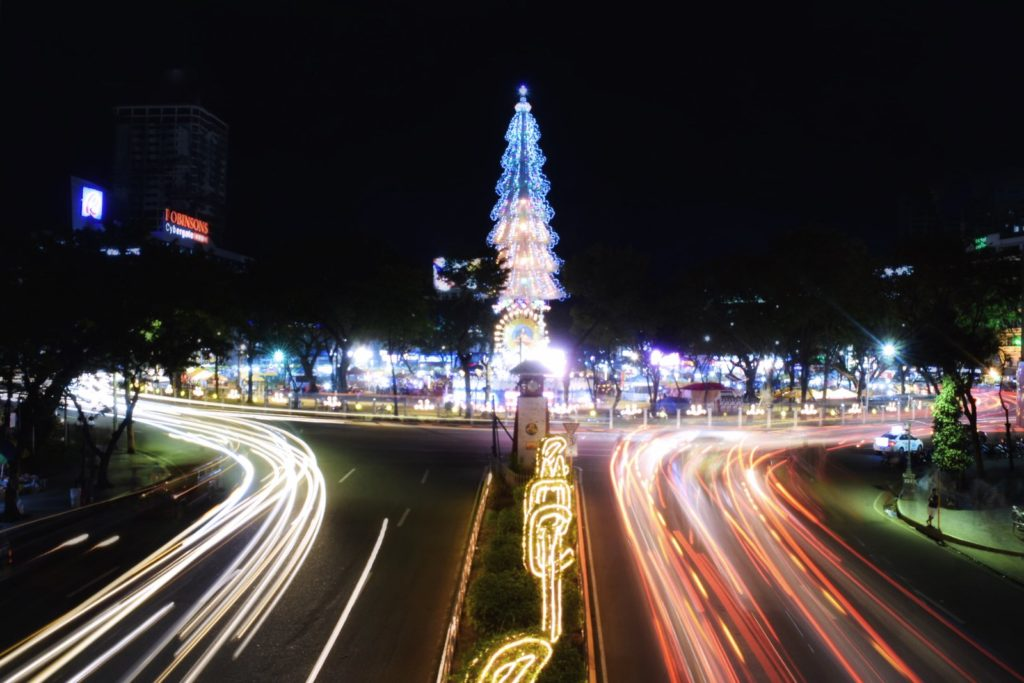 クリスマスのイルミネーションが飾られているセブの街路樹
