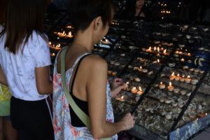 バクララン教会で亡くなった方たちを追悼する人たち