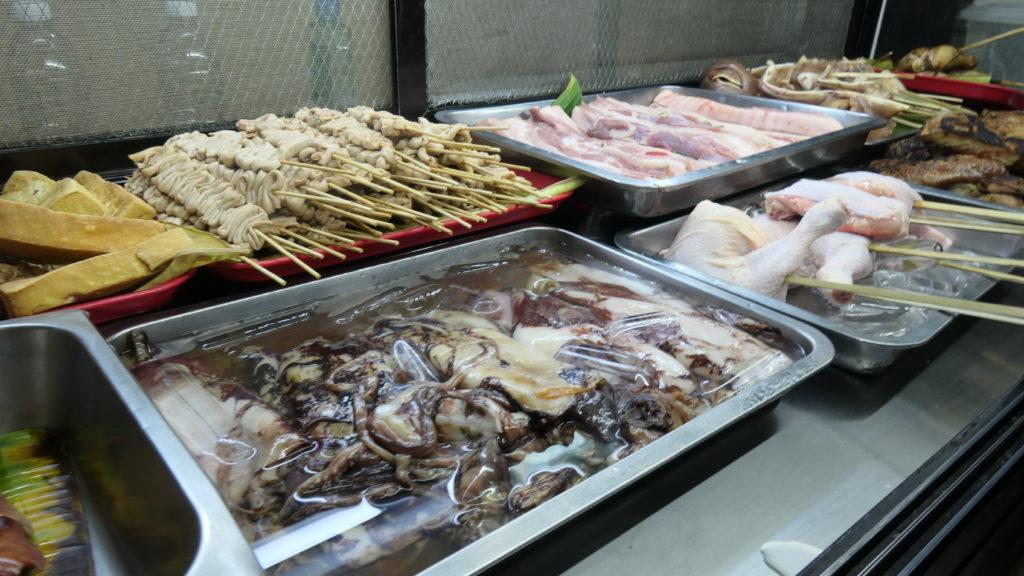 ショーウィンドウに陳列されている焼き物食材