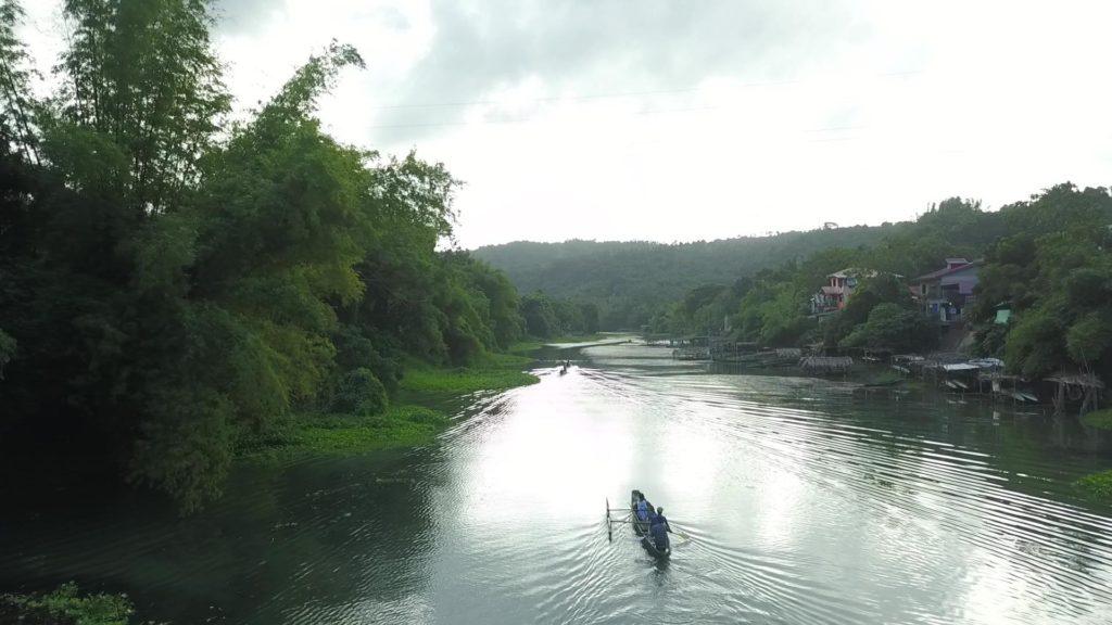 上空からドローンで撮影した川下りボート