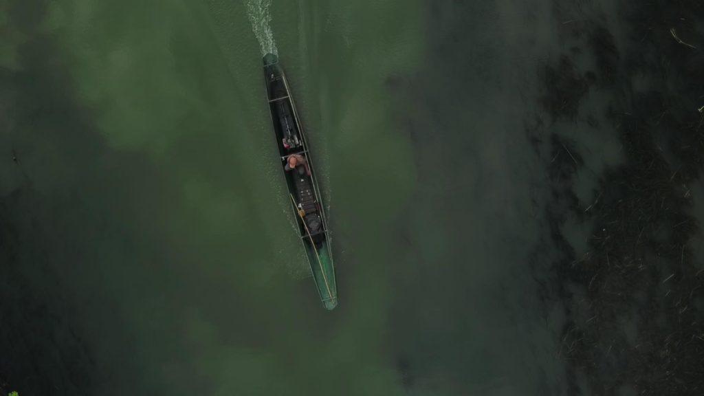 ドローンで上空から撮影したボートの俯瞰写真