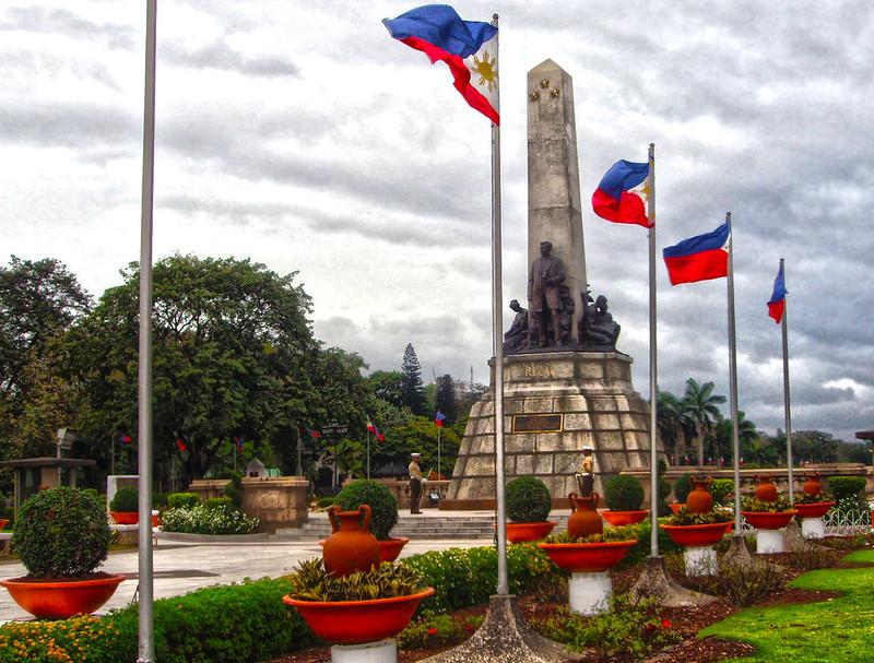 マニラ、リザール公園に掲げられている複数のフィリピン国旗